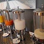 冷たい飲み物はオレンジジュース、人参ジュース、牛乳、豆乳がありました。
