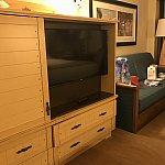 ソファーとテレビ。テレビの左横は開けると金庫と冷蔵庫。