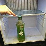 冷蔵庫の冷えは充分ですが、日本のペットボトルはギリギリ置けない棚の高さです。寝かすとコロコロ…。