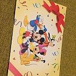 裏は、ディズニーの仲間たちが! 背景のリボンがセレブレーションホテルらしいデザイン!