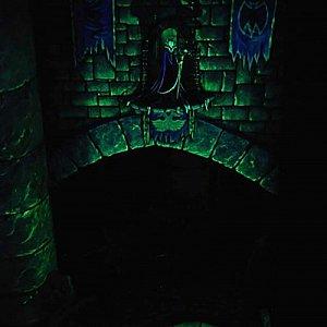マレフィセントが何かを企んでいる様子。城内は薄暗いです。