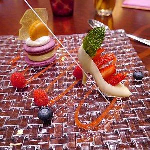 デザート③ホワイトチョコレート マカロン フレッシュベリー  見た目の可愛さは一番ですが、他のデザートの方が味は美味しい気がします。。ガラスの靴の中の入ってるクリームみたいなのが、甘すぎました。
