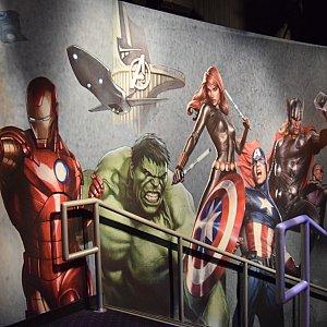 建物内に入っていくと……コミック版のキャラクターたちが壁いっぱいに描かれています!