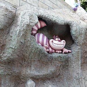 チェシャ猫もニヤニヤ笑いながら見ています。