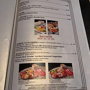 海南チキンライス、ワンタン麺などのアジアンフードもあります。