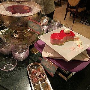 入り口に近いテーブルがデザートコーナーです!手前から、ラズベリームース、フルーツポンチ