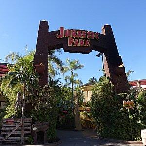 ジュラシックパークの門はアトラクション入口にあります。