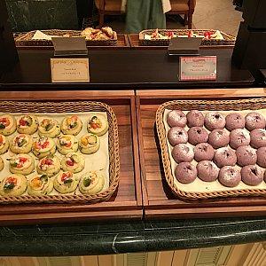 一番奥のテーブルはパンコーナーとキッズメニュー。 パンはベジタブルブレッド、ブルーベリーロール、アーモンドクロワッサン、ミックスベリーブレッド、リンゴとヘーゼルナッツのブレッド、あとバケット?の6種類だったと思います。