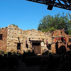 観客席は屋根付きのため日陰で涼しいです。