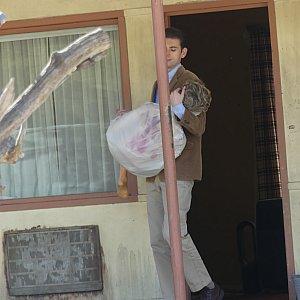 何やら怪しい男性が女性をかかえてます………。 写真だと見えにくいかもですが、室内にあるダイソンの扇風機が気になりました(笑)