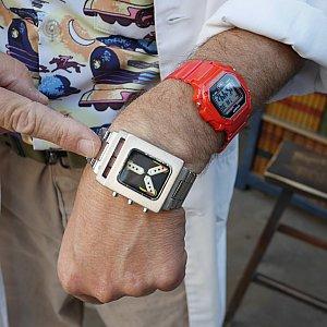 腕時計型次元転送装置を見せてくれました!