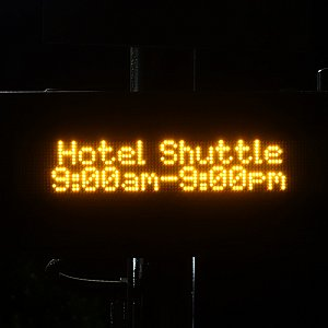 電光掲示板にはホテルシャトルの運行時間が表示されます。