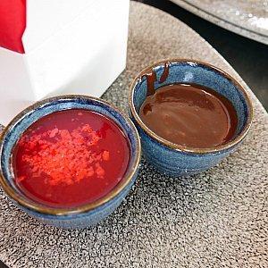 チョコとベリー系のソースが付いてくるので、お好みで✨
