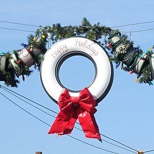 タイヤには「Happy Holidays」と書かれていますね。