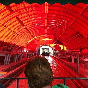 続いて赤いトンネルに突入…ここは??