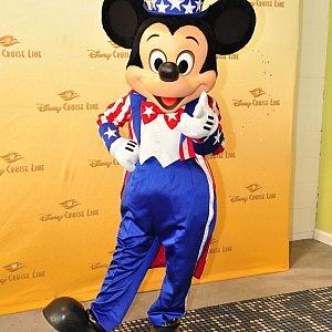同じくターミナルでのグリーティングに登場したミッキー。これぞアメリカ!な姿でしたが、船内では会うことができませんでした><