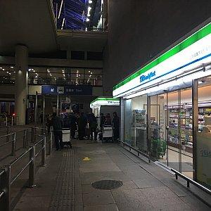 右手にファミリーマートがあります。 営業時間:06:00-23:30