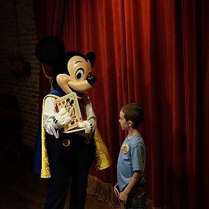 (3) 「君の選んだカードはこれかな!?」と話すミッキー