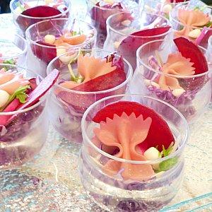 野菜のパフェ仕立て 大人気で行く度に補充してました! ピンクのリボンパスタがとっても可愛いです! 味はついてないのでドレッシングを忘れずに!✨