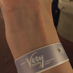 チケットを確認後にキャストさんが腕につけてくれますが、結構きっちりキツキツに付けられます。