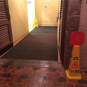 近くにはトイレ🚻もあります。入口付近の赤茶のタイルは一見滑りやすそうですが超グリップで安全です👌 でも、トイレの中の目の細かいタイルは滑るので注意してください⚠️