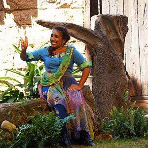 ショーの最初に登場する進行役の女性。