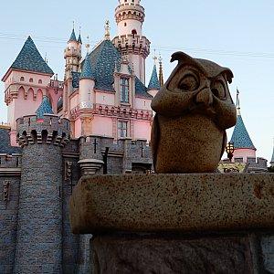お城の周りにはオーロラ姫の友だちの動物がたくさんいます。