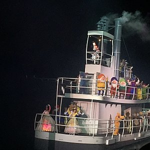 ミッキーのデビュー作「蒸気船ウィリー」の白黒ミッキー。船も蒸気船ウィリーです。