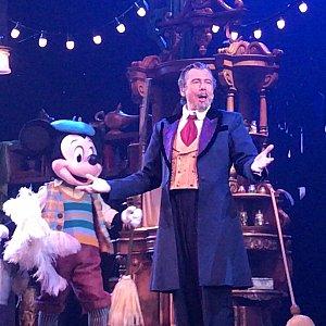 マジシャンが登場し、掃除に来たミッキーが登場!