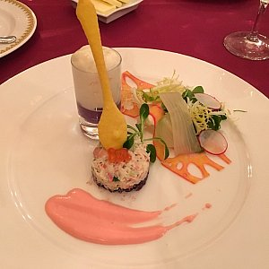前菜の「ズワイ蟹と黒米のガトー仕立て、紫イモのムースとホワイトアスパラガスのエスプーマ」。手前のズワイ蟹と黒米のガトー仕立てが美味しかった!