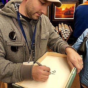 彼は僕のお気に入りのアーティストで、Rob Kazさん。昨年は彼の作品を購入した際に、裏に特別なサインとイラストをお願いして快く引き受けてくださった彼。今年も一つ作品を購入して裏にサインをお願いしてしまいました。