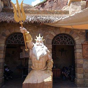 洞窟の向かいにはトリトン王の像があります。