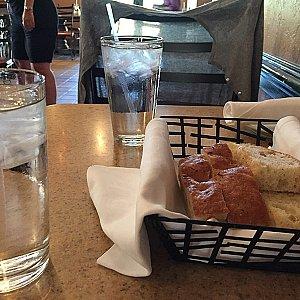 ドリンクは水でも問題ありません。パンはサービスです。