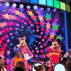 ゲスト達はミッキーとミニーちゃん登場で大興奮!!