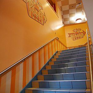 クラスティバーガーの客席は2階にあります。1階は隣の別のお店の客席に繋がってます。そちらも使えますが、今回は2階へ!