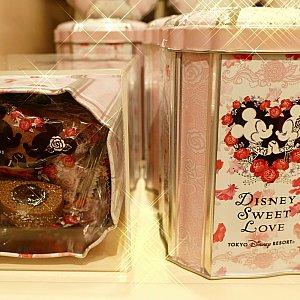 ココアクッキーの中にチョコレートクリームをいれたこちらは 可愛い缶に入って1000円です!