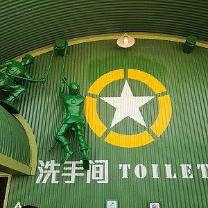 トイレはアーミーメンが占拠してます。 あのバケツも隣にありますよー