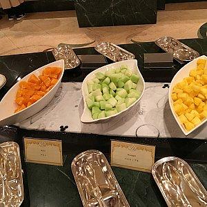 次のテーブルはフルーツと前菜とサラダコーナー。デザートコーナー寄りから、フルーツ3種類。オレンジ、メロン、パイナップル。