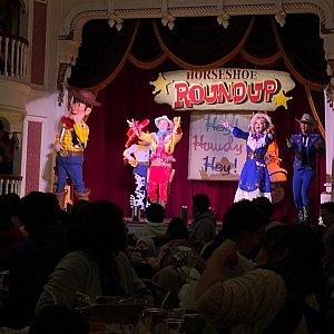この後、全員参加で踊るシーンも!忙しいですよ…!