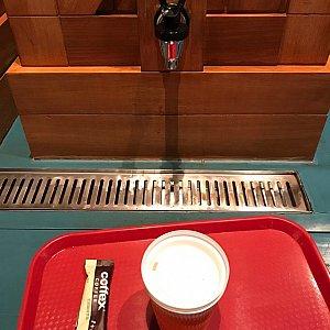 『ミッキー&パルズ』の給水機。 コーヒーはインスタントでセルフで入れます。