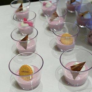 ここからデザート! タイベリーのパンナコッタ! ラズベリーとブラックベリーが交配してできたタイベリーを使ったデザート! トッピングも可愛い!✨