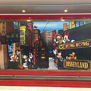 壁のポスターが香港ぽくってかわいいです。