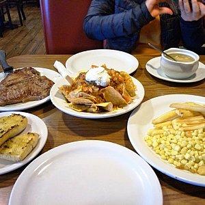 Tボーンステーキとタコス。付け合せにガーリックトーストと別皿に山盛りでスイートコーン、フレンチフライがつきました。