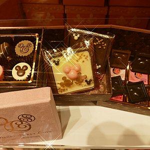もはやバレンタインとはなんぞや。 己の褒美として購入しようではないか。と言いたくなる 特別なチョコレート。 10種類のチョコレートで表現された 我らがミッキー!眩しすぎます! 素敵なボックスに入って3000円!