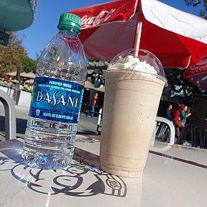 ミルクシェイク(チョコレート味)5.99ドル 500mlペットボトルとほぼ同じボリューム!お味は普通に美味しいシェイクでしたが全部飲むのは無理です。