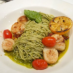 Tangled Pasta エンジェルヘアのパスタがバジル風味で、大きなホタテがたくさん!