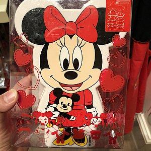 ミッキーのぬいぐるみを抱っこするミニーちゃんが可愛い♡ お弁当箱 99元 箸、スプーン、フォーク付き。子供用っぽいけど結構大きいです
