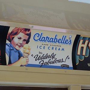 Red Car Trolley車内のポスター。こちらはクララベル・アイスクリーム