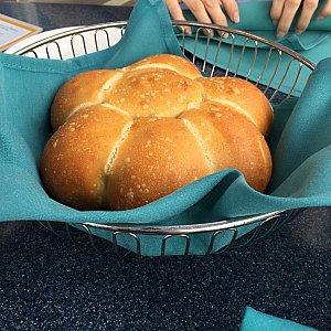 前菜が運ばれる前に出てきたサワーブレッド?的なパン。ひとテーブル1つの様です。かなり量が多いので食べきれない…