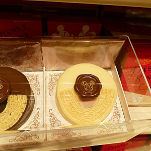 バウムクーヘンの穴にクリームを詰め 更にチョコレートでコーティングしちゃった バレンタイン限定のスイーツ! ロゴのチョコレートがシーリングスタンプみたいになってて可愛い!💓 1500円!